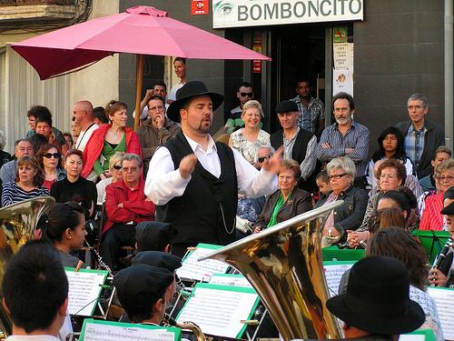 Imatge d'una actuació musical al carrer, a Amposta.
