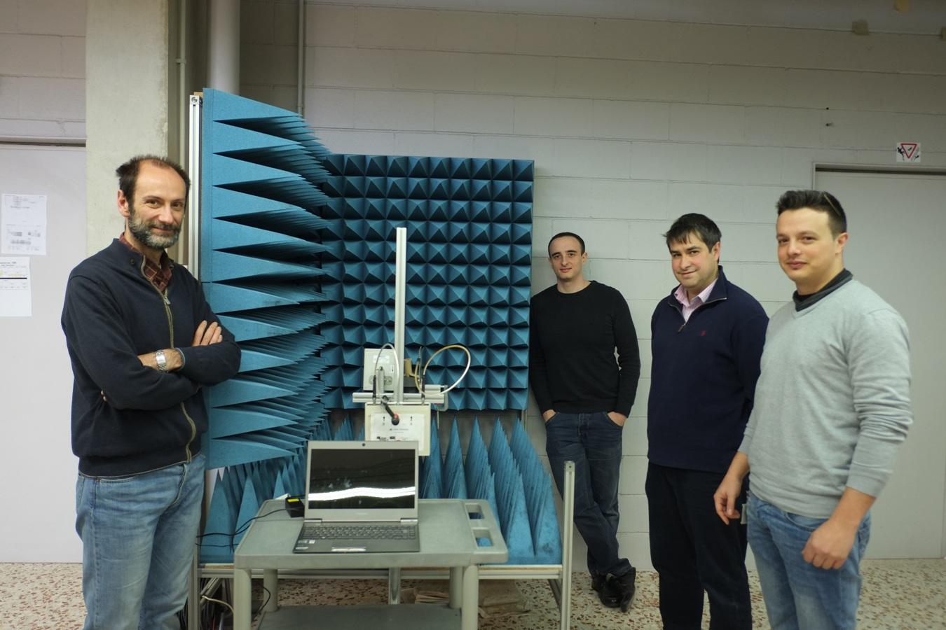 """Però, què són els sensors basats en nanotubs de carboni? Aquests nanotubs són una mena de cilindres amb parets formades per àtoms de carboni enllaçats entre ells. A més, són molt petits: el seu diàmetre és d'uns pocs nanòmetres. Un nanòmetre és la milionèsima part d'un mil·límetre. Per fer-se una idea, el diàmetre d'un cabell, de mitjana, és de 0,1 mil·límetres, és a dir, 100.000 nanòmetres. Com que és tan petit, tots els àtoms de carboni estan en contacte amb l'ambient i tenen una gran superfície per interactuar amb els gasos que es volen detectar. Per al sensor """"no utilitzem un únic nanotub de carboni, sinó una capa de nanotubs que posem sobre una mena de targeta, similar a una targeta de crèdit"""", explica l'investigador Eduard Llobet. Aquest sensor està connectat a uns elèctrodes que permeten mesurar-ne la resistència. """"En presència de gasos hi ha una variació d'aquesta resistència"""", afegeix. D'aquesta forma, és possible conèixer el nivell de diòxid de nitrogen a l'ambient en el moment de la lectura. Lectura sense fil Per recollir la informació sobre el nivell de contaminació s'utilitza una tecnologia de sensor sense fil, anomenada RFID. És el mateix sistema que utilitzen, per exemple, els abonaments de l'autobús. D'aquesta forma n'hi ha prou d'acostar-se uns metres al sensor amb un lector per conèixer-ne el valor. El lector envia un senyal i el sensor, que està alimentat per una pila, s'activa i retorna el nivell de contaminació en aquell moment. En un futur, la lectura del sensor també podria recollir-se mitjançant un telèfon mòbil equipat amb aquesta tecnologia i una app amb aquesta funció."""