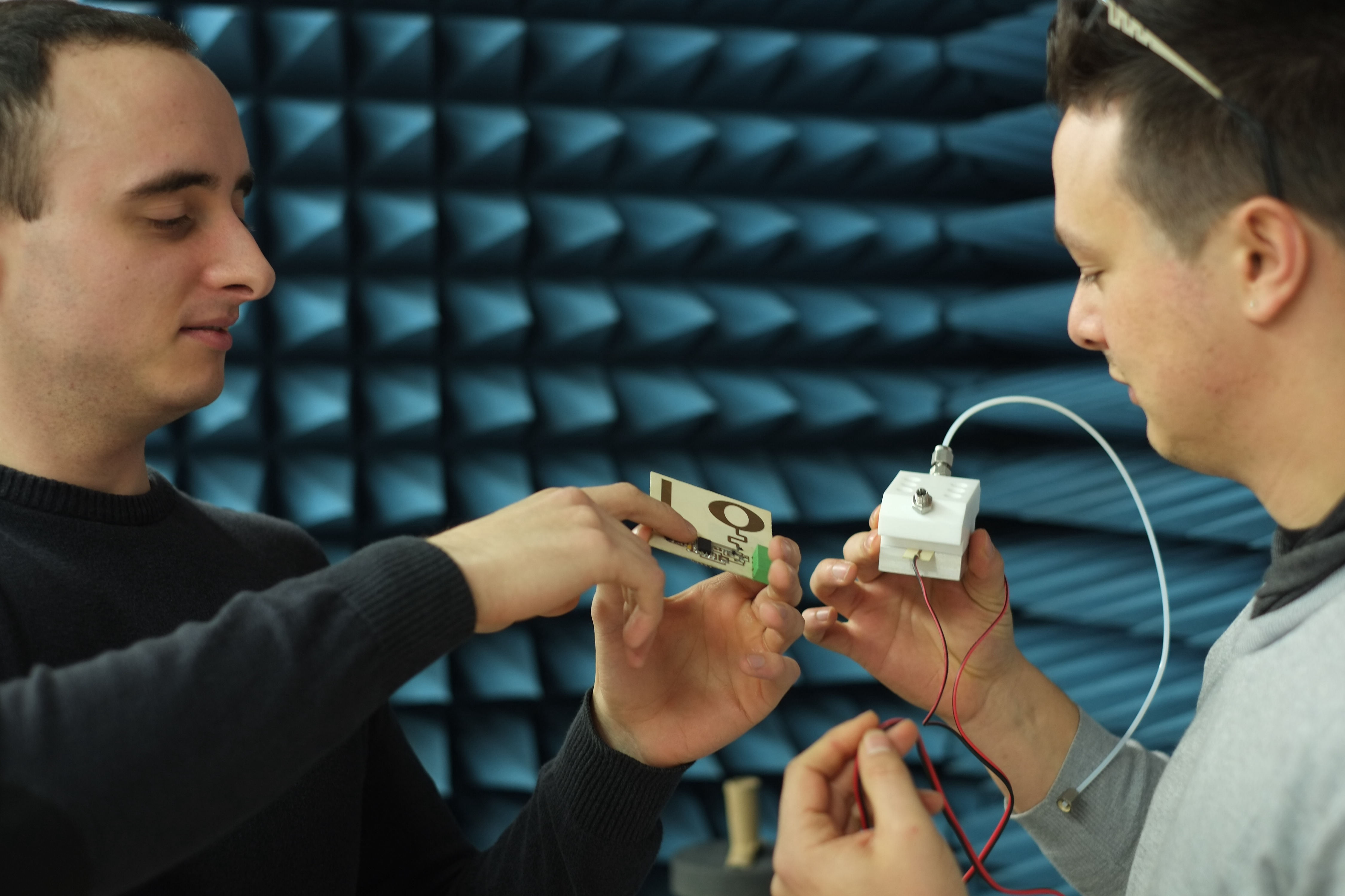Dos dels membres del grup amb el dispositiu sensor.