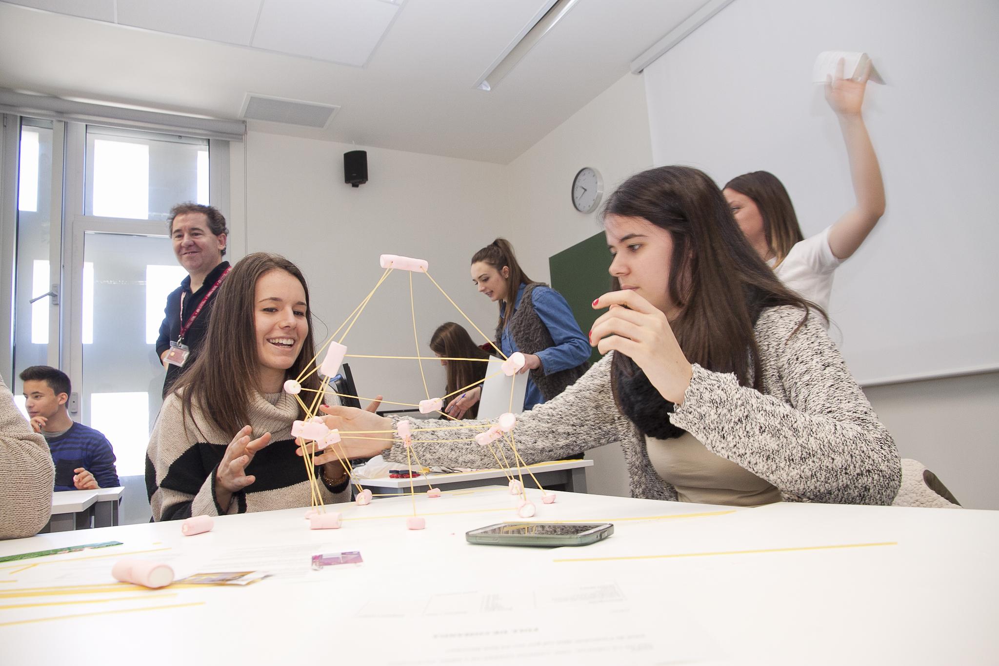 """En la dinàmica """"Què cal per ser un bon directiu"""" els estudiants han hagut de treballar en equip per optimitzar els resultats."""