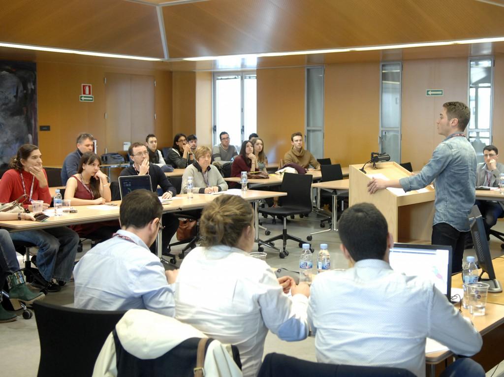 Els participants a la Lliga de Debat han de defensar diferents postures sobre una mateixa temàtica al llarg del concurs.