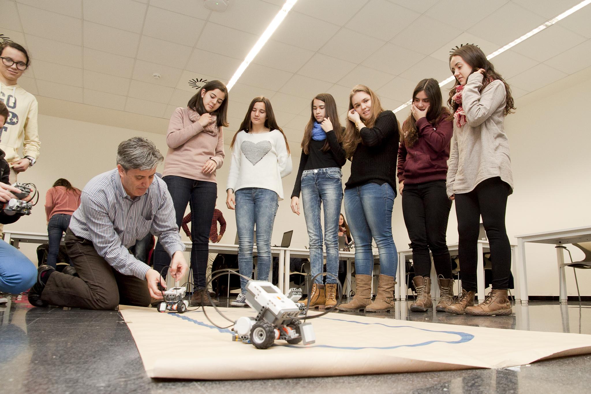 """El taller Experimenteu amb robots"""" ha consistit en una activitat amb robots mòbils, en què els participants han pogut programar un robot i fer que es mogui a partir de la informació dels sensors."""