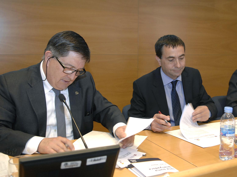 El rector , Josep Anton Ferré, i el director del Complex Industrial de Tarragona, Josep Francesc Font, durant la signatura del conveni.
