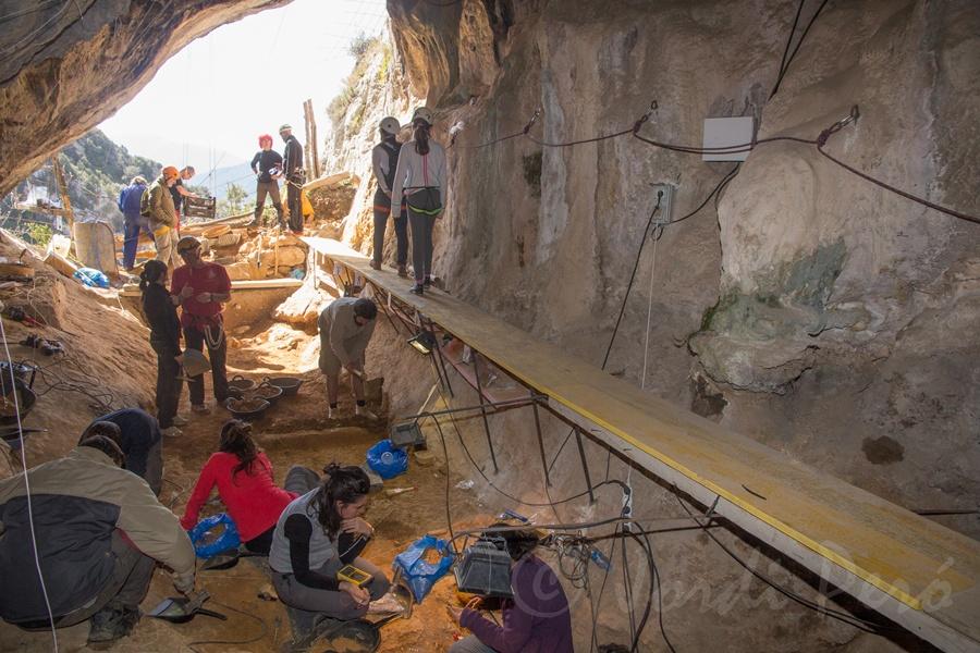 Excavació a la Cova de les Llenes aquest abril