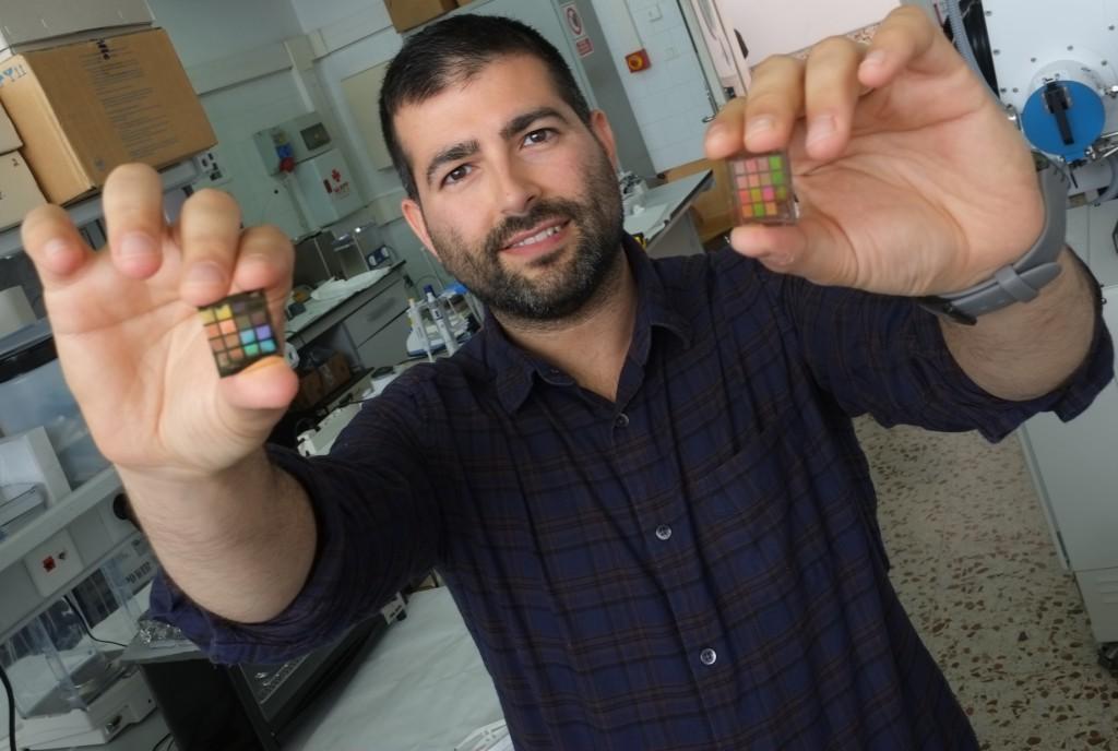 Agustín Mihi mostrant els critalls plasmònics amb els que treballa, al laboratori del grup de recerca Nephos