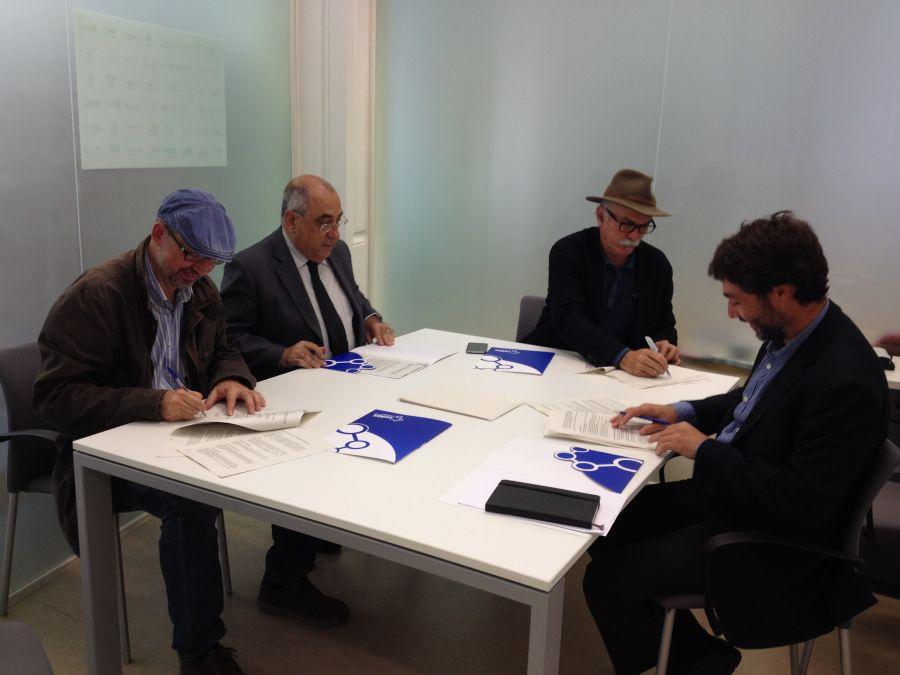 D'esquerra a dreta donant el tomb per la taula: Joan Gómez (ICAC), Joaquim Nadal (ICRPC), Eudald Carbonell (IPHES) i Lluís Rovira, durant la signatura del conveni - Cedida Institució CERCA