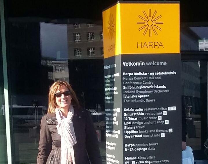 Neus Esmel, a les portes de l'edifici Harpa, on s'ha celebrat el Simposi.