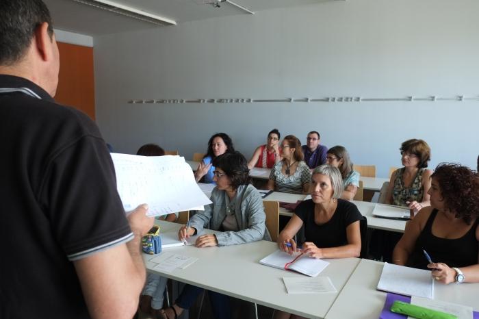"Profesores de secundaria formandose en un curso del programa ""Aprofundiments""."