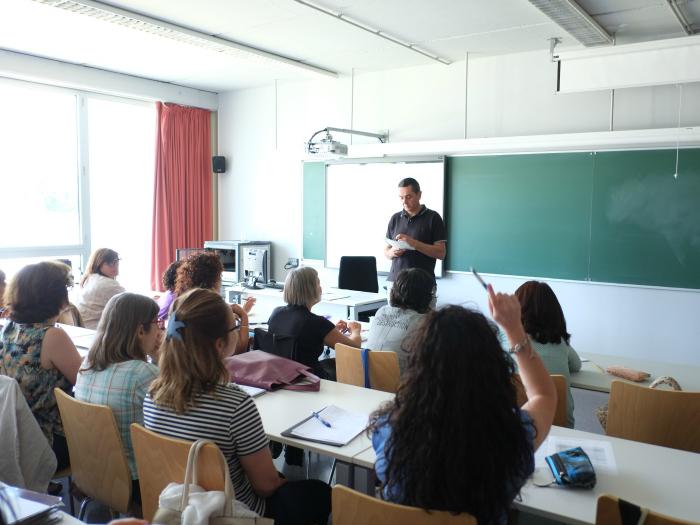 Els assistents participen a les classes del curs de formació a la URV.