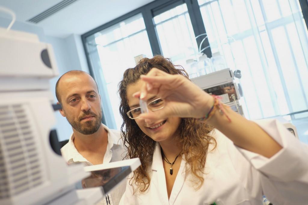Els investigadors Òscar Yanes i Sara Samino.