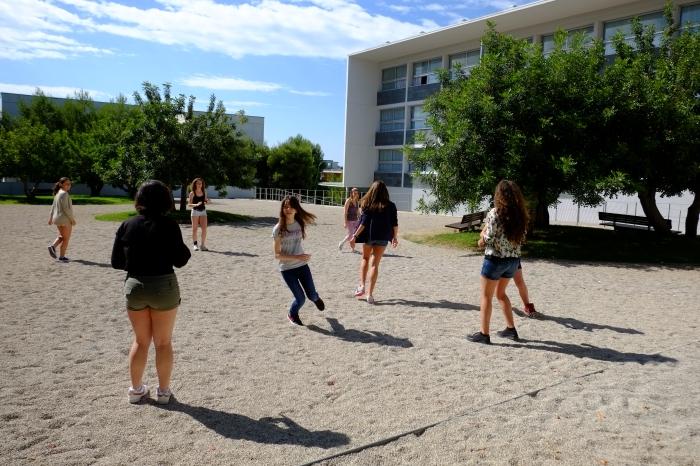 """Estudiants d'ESO prenent part a la gimcana """"Assentant les bases genètiques"""" dins del curs No límits! de l'EstiURV."""