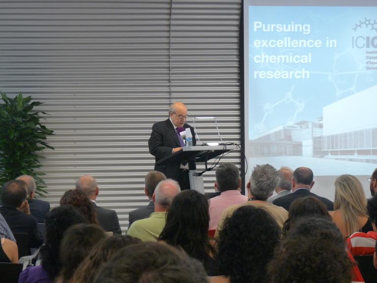 El conseller, Andreu Mas-Colell, es dirigeix als assistents a la presentació del Laboratori CELLEX-ICIQ d'Experimentació d'Alt Rendiment (CELLEX-ICIQ HTE Laboratory)