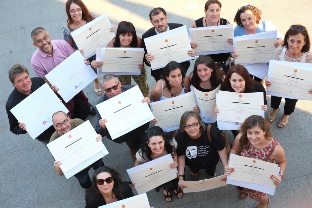 Un grup d'alumnes de totes les edats, amb els diplomes universitaris de la FURV.