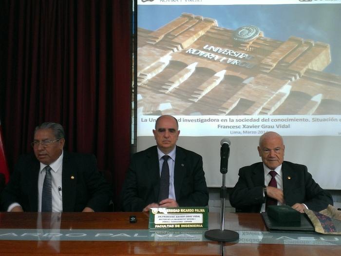 De izquierda a derecha: Leonardo Alcayhuaman (Vicerrector Académico de la Universidad Ricardo Palma), Francesc Xavier Grau (rector de la URV) y Ivan Rodriguez Chavez (Rector de la Universidad Ricardo Palma).