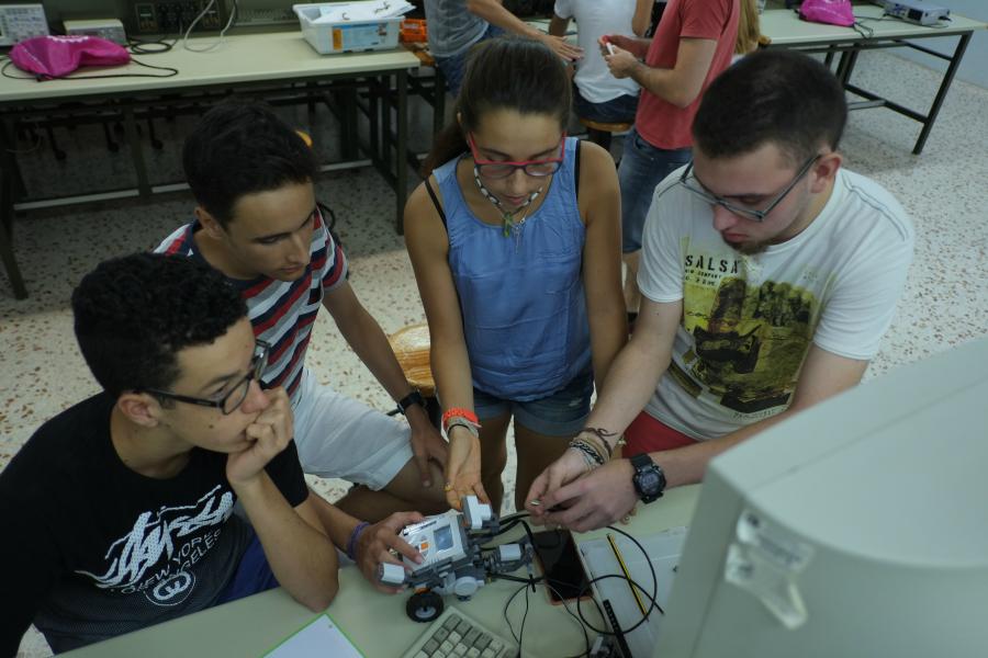 """El DEEEA s'ha encarregat de realitzar el taller """"TIC-TAC Robot"""" a , a l'Escola Tècnica Superior d'Enginyeria (ETSE)."""
