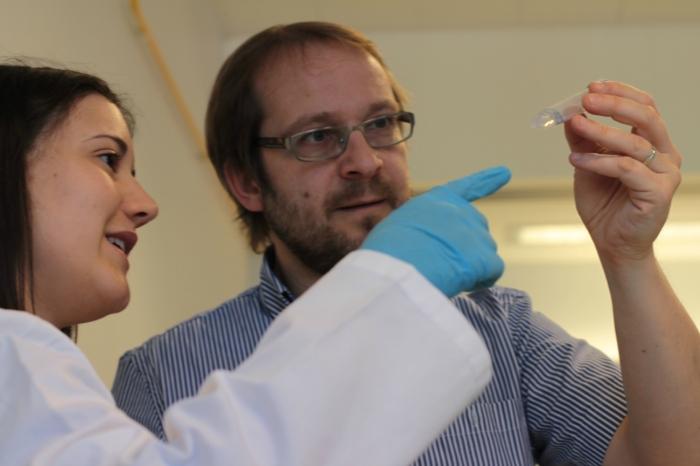 El director científic del CTNS, Francesc Puiggrós, als laboratoris on es desenvolupa la recerca del centre.