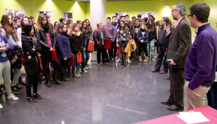 Azael Fabregat durant la presentació de la jornada als estudiants dels institus.