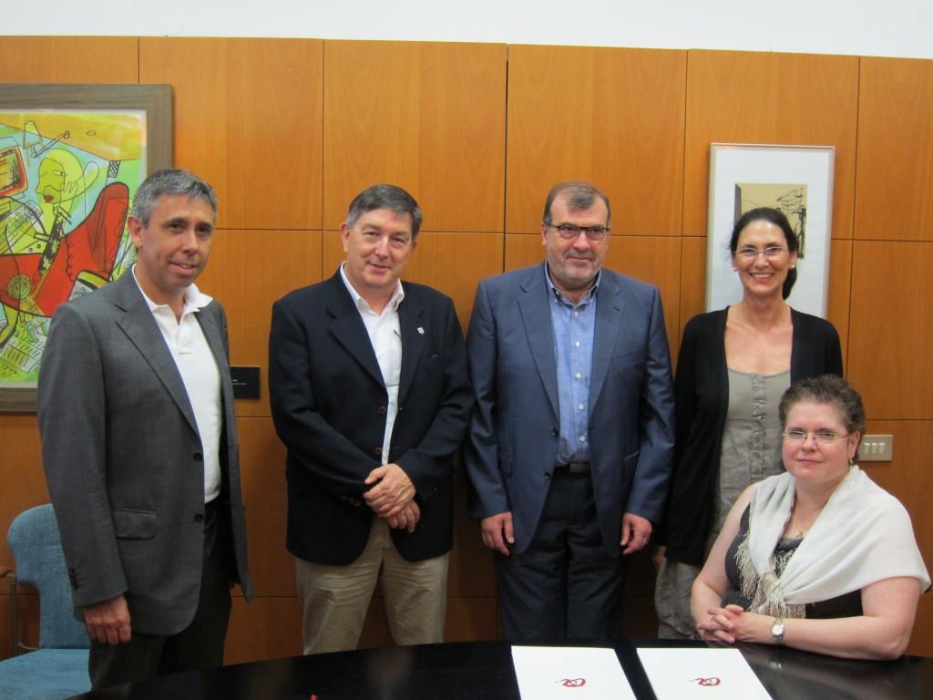 D'esquerra a dreta, el degà de Medicina Antoni Castro, el rector Josep Anton Ferré, el director general de la Xarxa Santa Tecla Joan M. Adserà, la vicerectora Montse Giralt i la degana d'Infermeria Roser Ricomà (de peu).