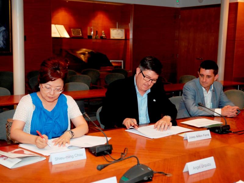 Els dos rectors durant la signatura del conveni, acompanyats pel vicerector de la URV Josep Pallarès.