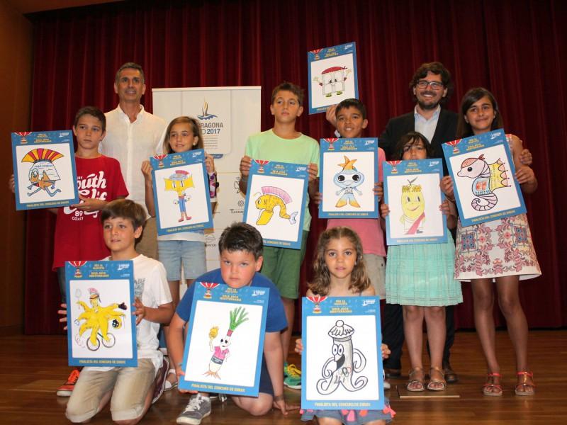 Els nens i nenes guanyadors amb els dibuixos, acompanyats de Lluís Marquès (a l'esquerra de la foto) i Javier Villamayor.