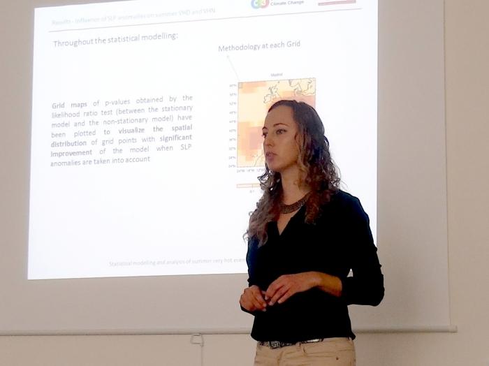 Mercè Castellà, defendiendo la tesis.