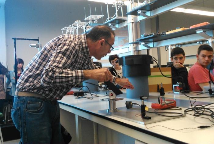 Un professor i investigador de la Universitat ensenya física als alumnes.