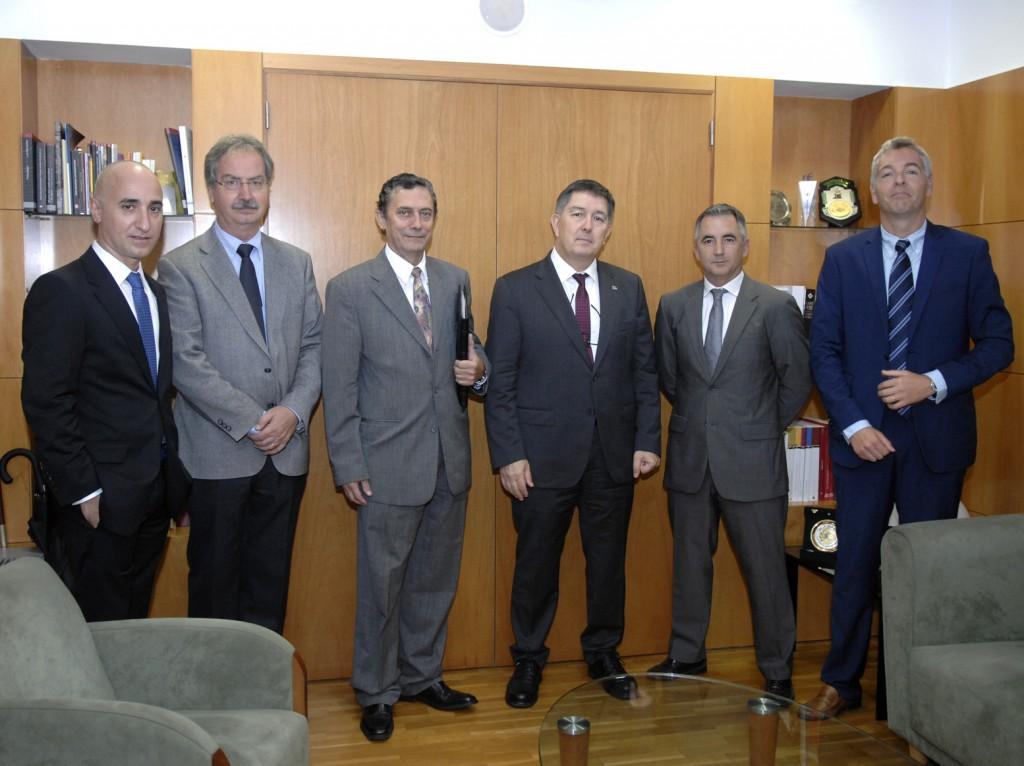 Josep Anton Ferré i Pedro Roca, acompanyats de membres de l'ICIL i de la URV.