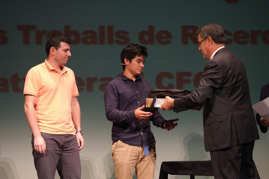 Entrega d'un dels premis per part del President del Consell Social