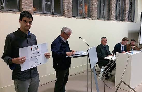 Agustí Agramunt, amb el diploma acreditatiu del premi.
