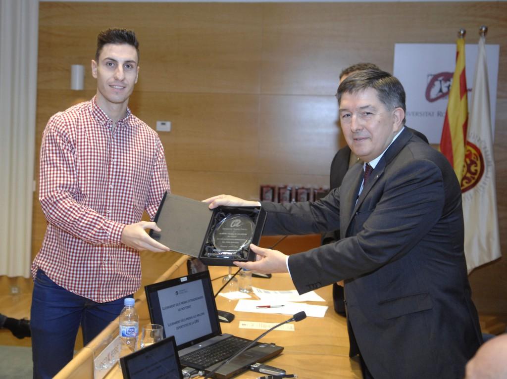 Albert Filella rep el premi al millor esportista de la URV 2014-15.