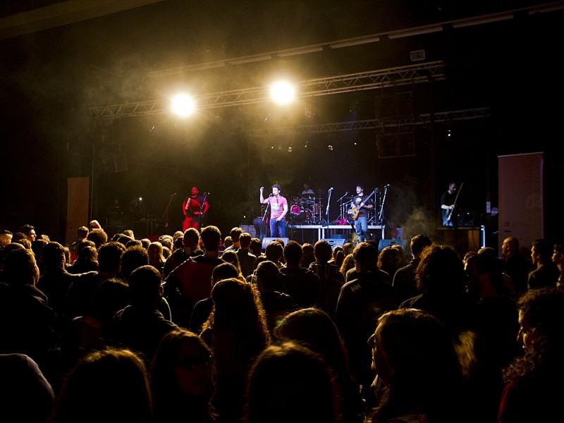 Els grups Pepet i Marieta i B-SOS van omplir el pavelló firal Remolins.