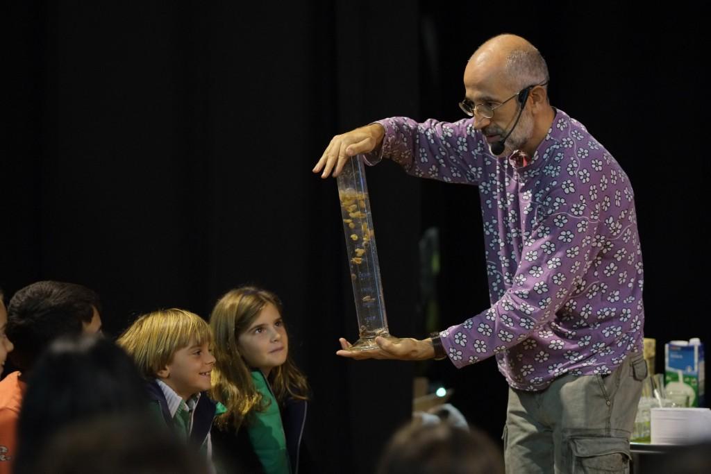 Laureano Jiménez, en un dels experiments que va fer aquest dissabte al centre cívic de Sant Salvador.