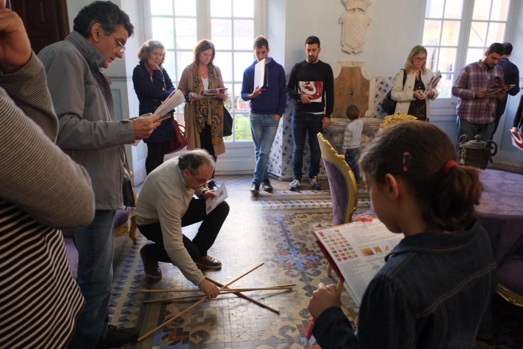 """Una imatge de l'activitat """"Simetries en els mosaics de la Casa Castellarnau"""""""