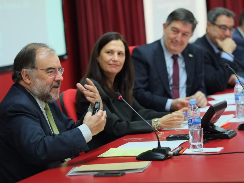 El conferenciant Josep Soler durant la seva intervenció, i al seu costat la degana Glòria Barberà, el rector Josep Anton Ferré i el president del Consell Social Joan Pedrerol.