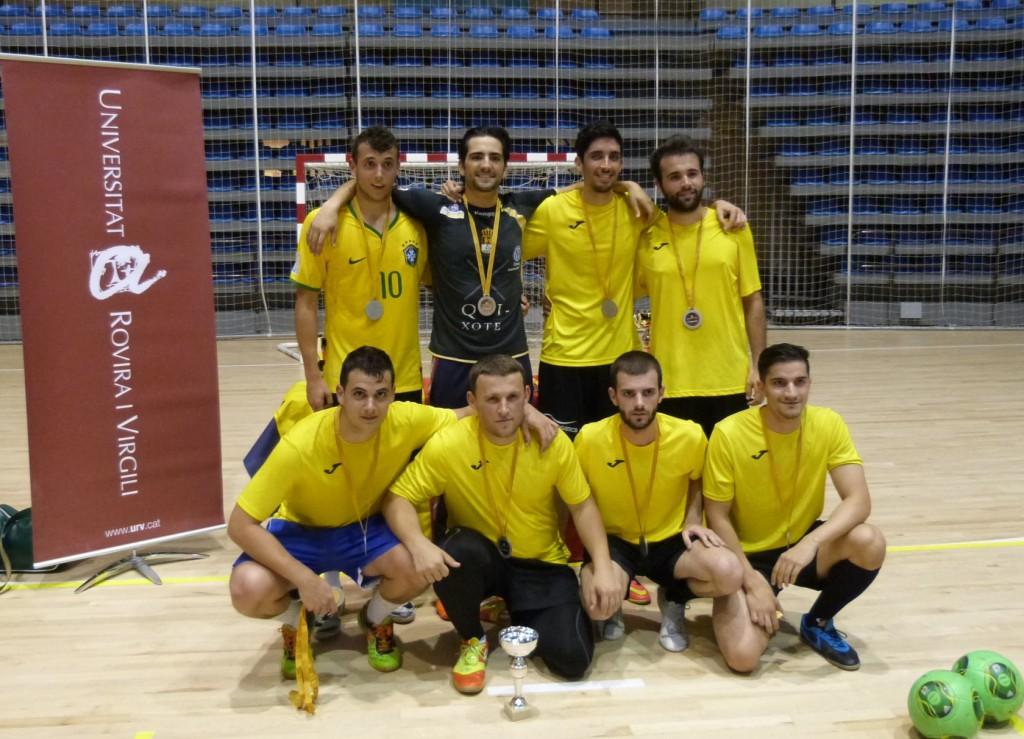 A la foto, un equip de futbol sala que va participar en la lliga del curs passat.