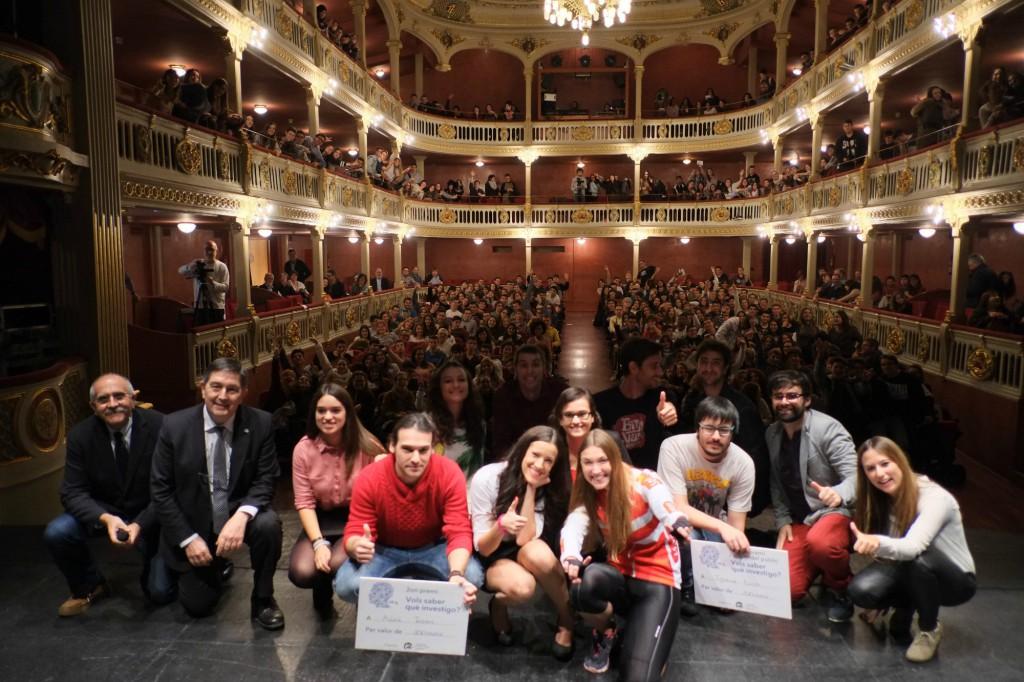Una imatge dels set participants, acompanyats del rector de la Universitat Rovira i Virgili, els presentadors de l'acte i els membres del jurat.