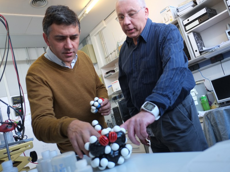Prof. F. J. Andrade (left) and prof. P. Ballester with molecular models of the ionophore and the creatinine.