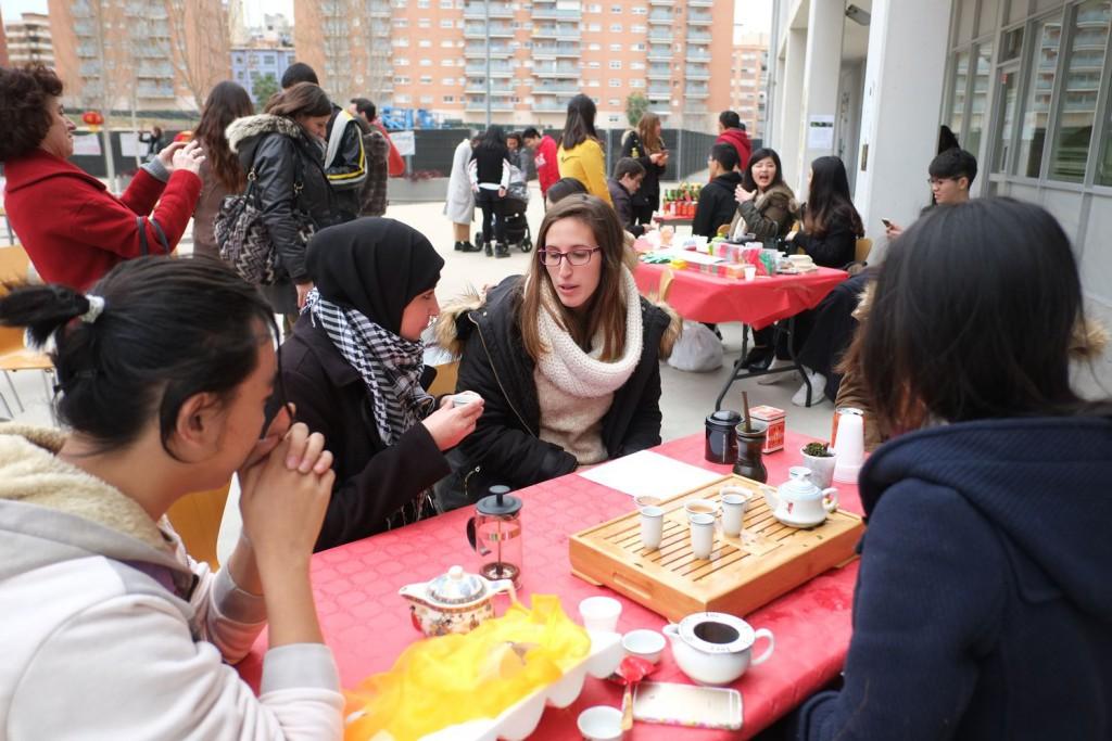 Estudiantes participando de la ceremonia del té.