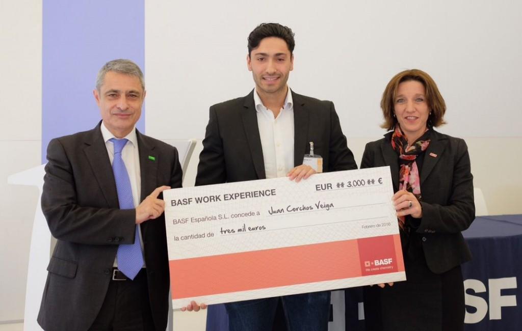 D'esquerra a dreta, Gustavo Alonso, director de Recursos Humans de BASF; Juan Corchos, l'estudiant premiat i Anne Berg, directora de producció de l'empresa.