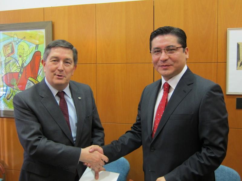 El vicerector xilè Marco Vega, a la dreta, amb el rector de la URV Josep Anton Ferré, un cop signats els convenis.