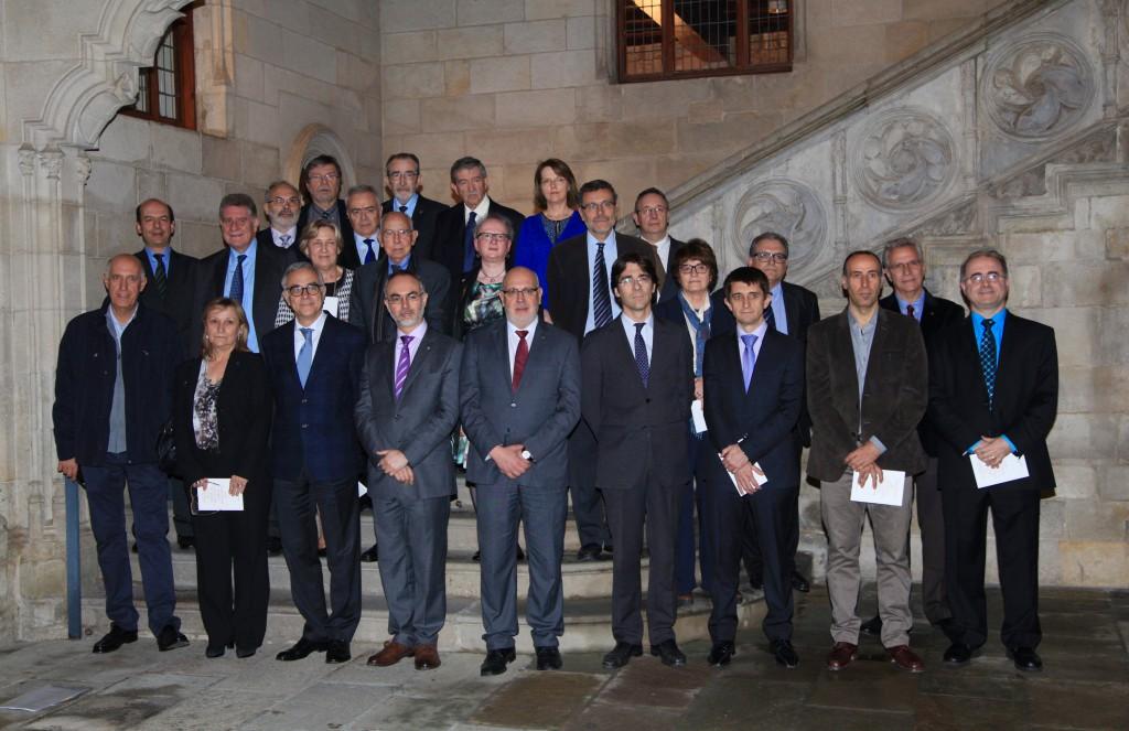 A la foto, les persones guardonades juntament amb els responsables polítics universitaris, entre ells Joan Maria Thomàs i Josep Pallarès de la URV, director general d'Universitats.