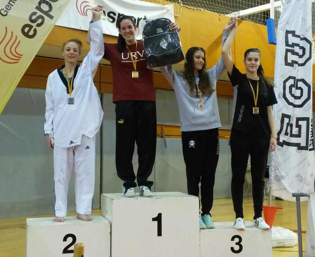 Les estudiants de la URV Judit Asensio (medalla d'or) i Gibet Gallego (medalla de plata), al podi de la competició.