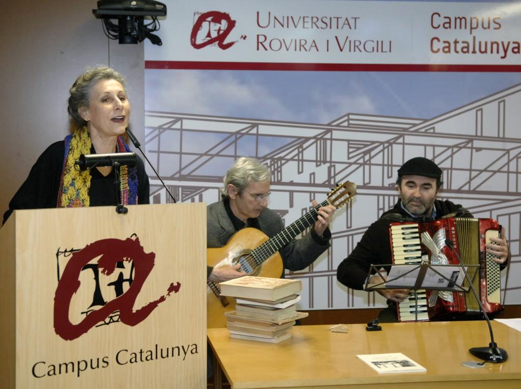 Un moment de l'actuació de Carme Sansa, acompanyada dels músics.