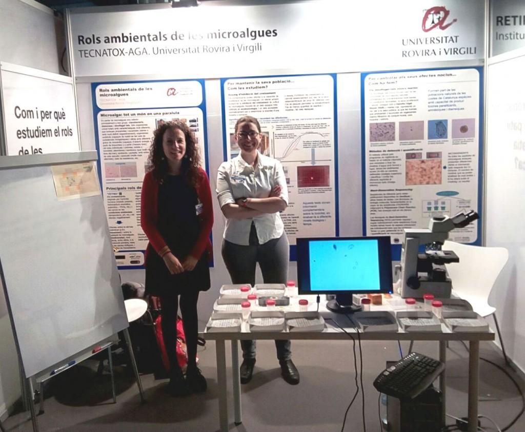 Gemma Giménez, responsable del projecte, amb la doctorand Montse Marquès a l'estand on desenvolupen els tallers.