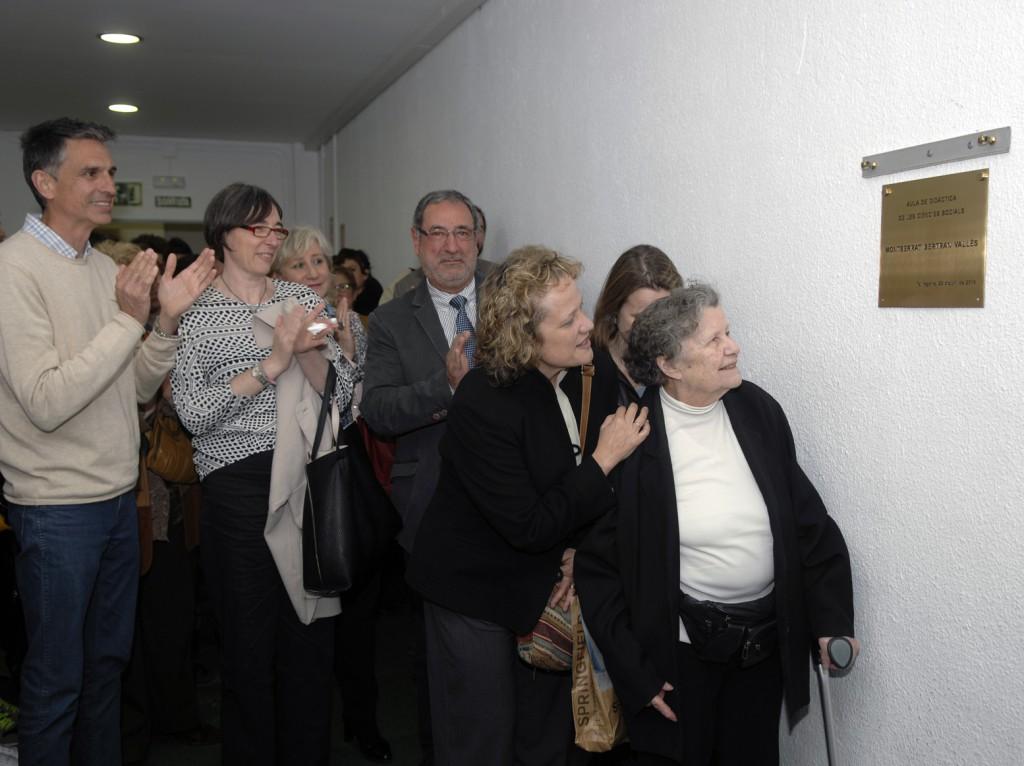 Descobriment de la placa en record de Montserrat Bertran a l'Aula de Didàctica de les Ciències Socials.