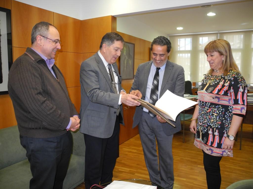 El rector de la URV Josep Anton Ferré ha rebut al seu despatx el cònsul del marroc Abdelaziz Jatim (ambdós al centre de la imatge).