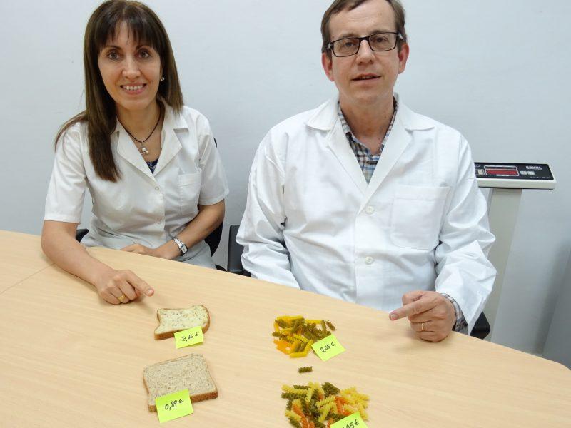 Els investigadors Nancy Babio i Jordi Salas-Salvadó, amb aliments amb i sense gluten.