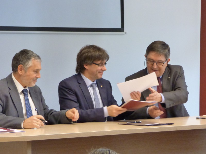 L'alcalde Pere Regull (esquerra) i el rector Josep Anton Ferré, amb el president Carles Puigdemont.