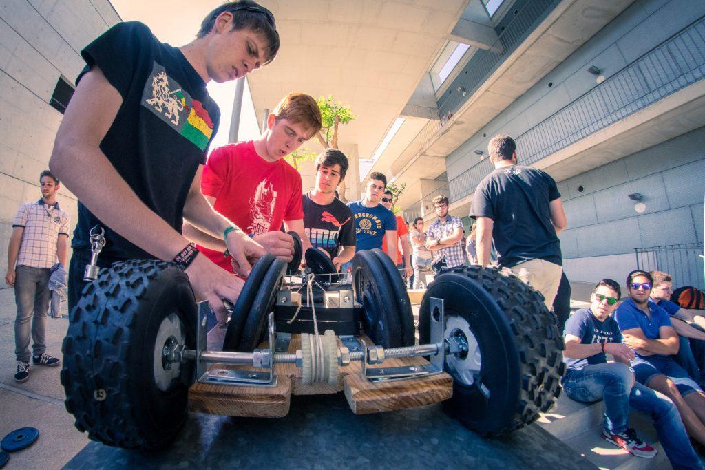 Els concursants han hagut de dissenyar en grup el prototip del vehicle de manera que pugui pujar una rampa emprant únicament l'energia acumulada durant la baixada. Fotos: Ildefonso Cuesta