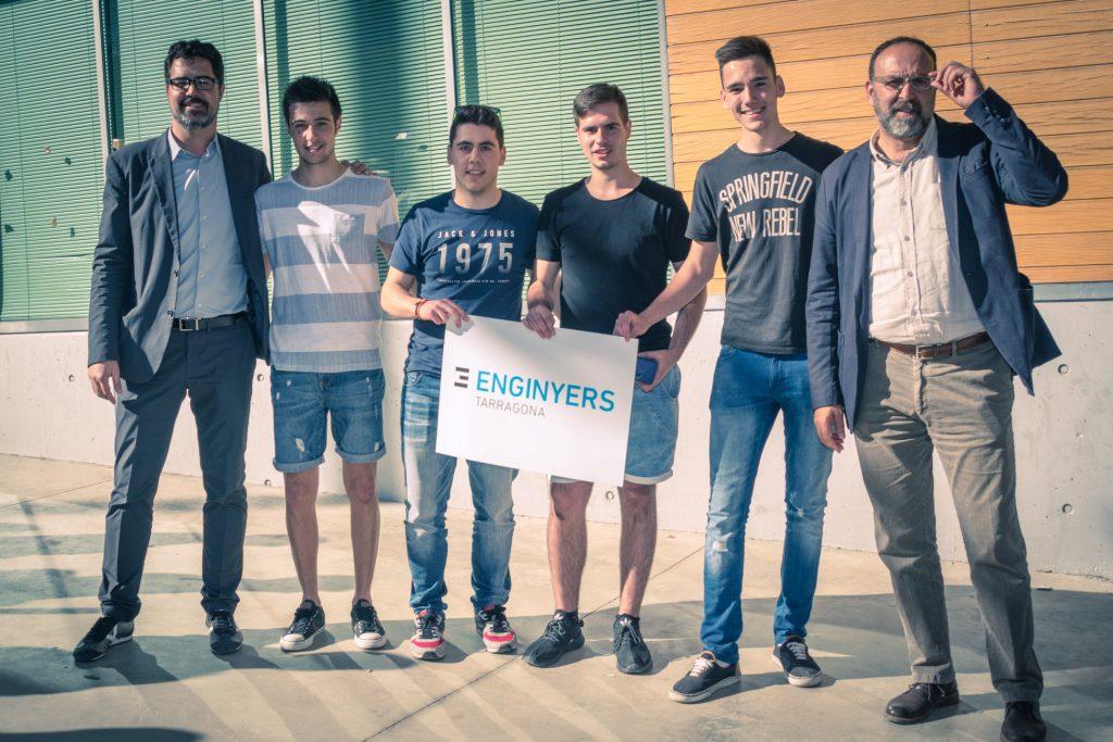 Imatge de l'equip guanyador acompanyats del director de l'Escola Tècnica d'Enginyeria Química, Josep Bonet, -a la dreta- i del secretari tècnic del Col·legi d'Enginyers Tècnics i Industrials de Tarragona, Xavier Socias.